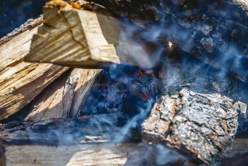 Slechts nam hij geleken de brand onder de houten-brand in de grill stock foto