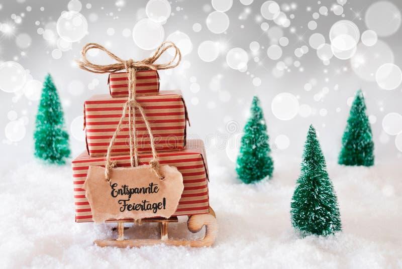 Sled, Present, Snow, Entspannte Feiertage - это весёлое Рождество, серый фон стоковые фотографии rf