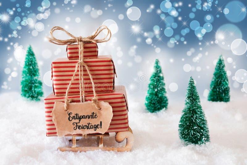 Sled, Present, Snow, Entspannte Feiertage - это весёлое Рождество, синий фон стоковая фотография rf