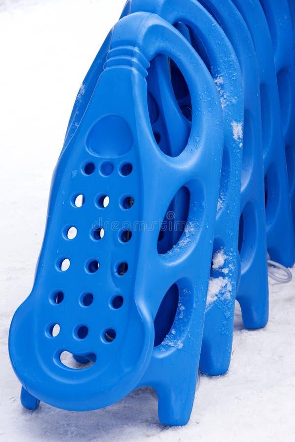 sledding的五颜六色的雪撬孩子的 库存图片