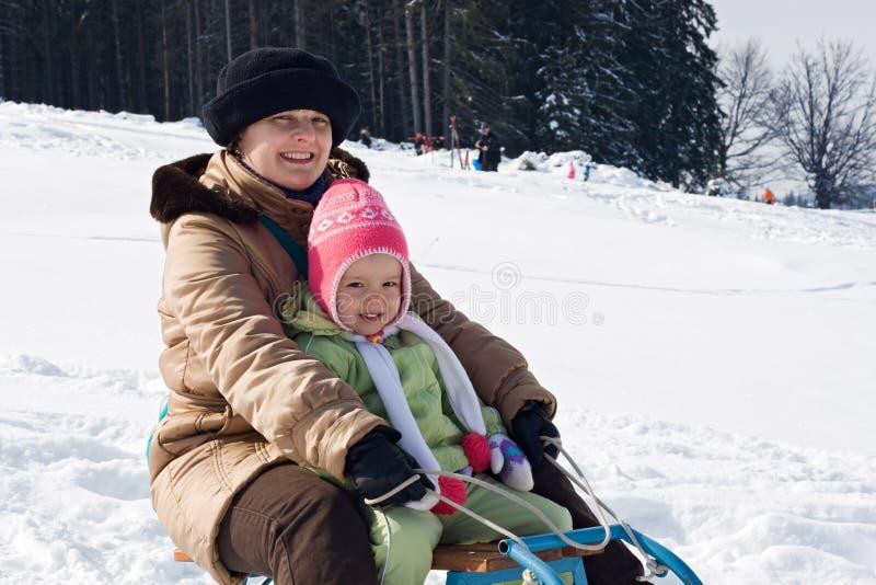 Sledging no tempo de inverno fotos de stock