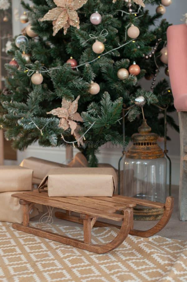 Slee met Kerstmisgiften royalty-vrije stock foto's