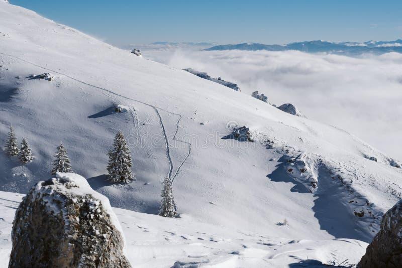 Sleep op een sneeuwhelling bovenop een berg op een zonnige dag royalty-vrije stock afbeelding