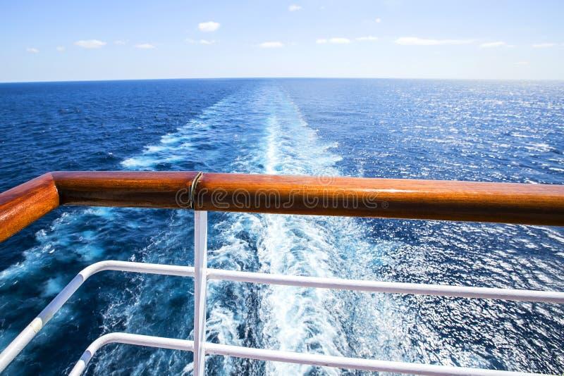 Sleep op waterspiegel erachter van cruiseschip royalty-vrije stock afbeeldingen