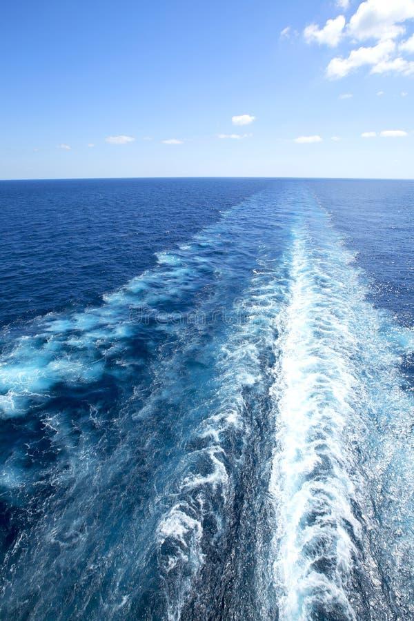 Sleep op waterspiegel erachter van cruiseschip stock foto's