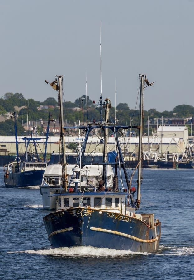 Sleep van boten die New Bedford verlaten stock foto's