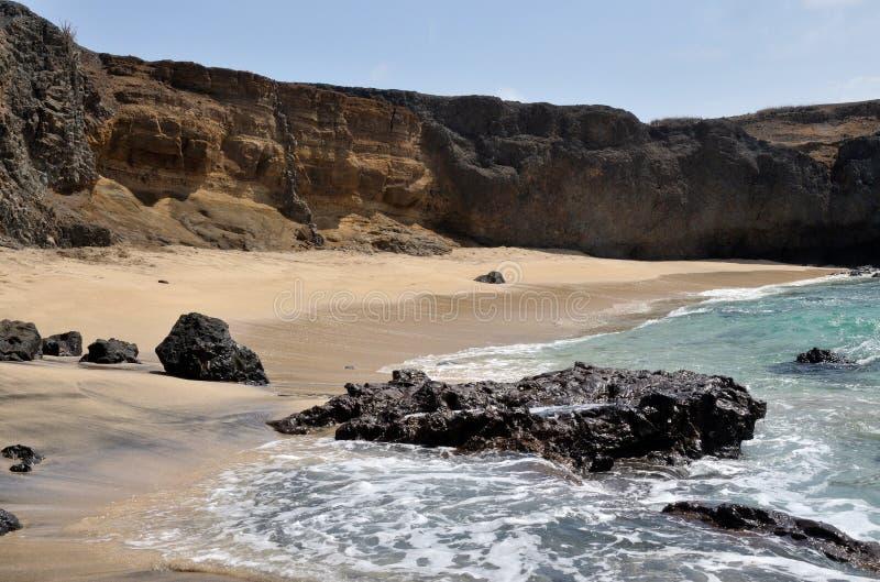 Sleep van vulkanische rotsen n een strand stock afbeeldingen