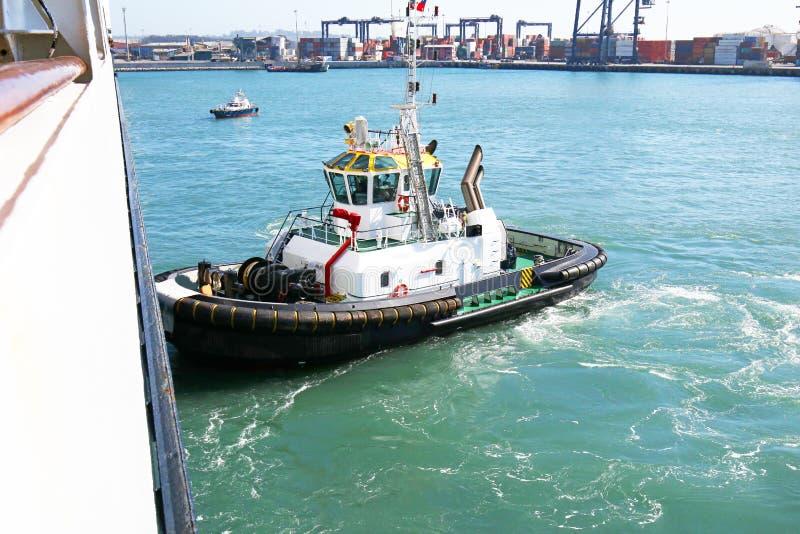 Sleepbootboot die een schip in de haven van San Antonio, Chili duwen royalty-vrije stock foto's