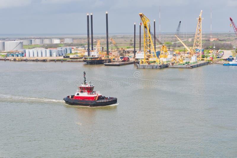Sleepbootboot en boorplatforms bij de haven royalty-vrije stock afbeeldingen