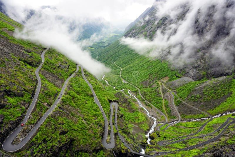 Sleeplijnweg in Noorwegen stock foto's