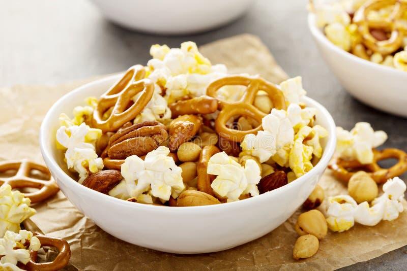 Sleepmengeling met popcorn en pretzels stock fotografie