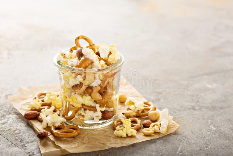 Sleepmengeling met popcorn en pretzels royalty-vrije stock foto