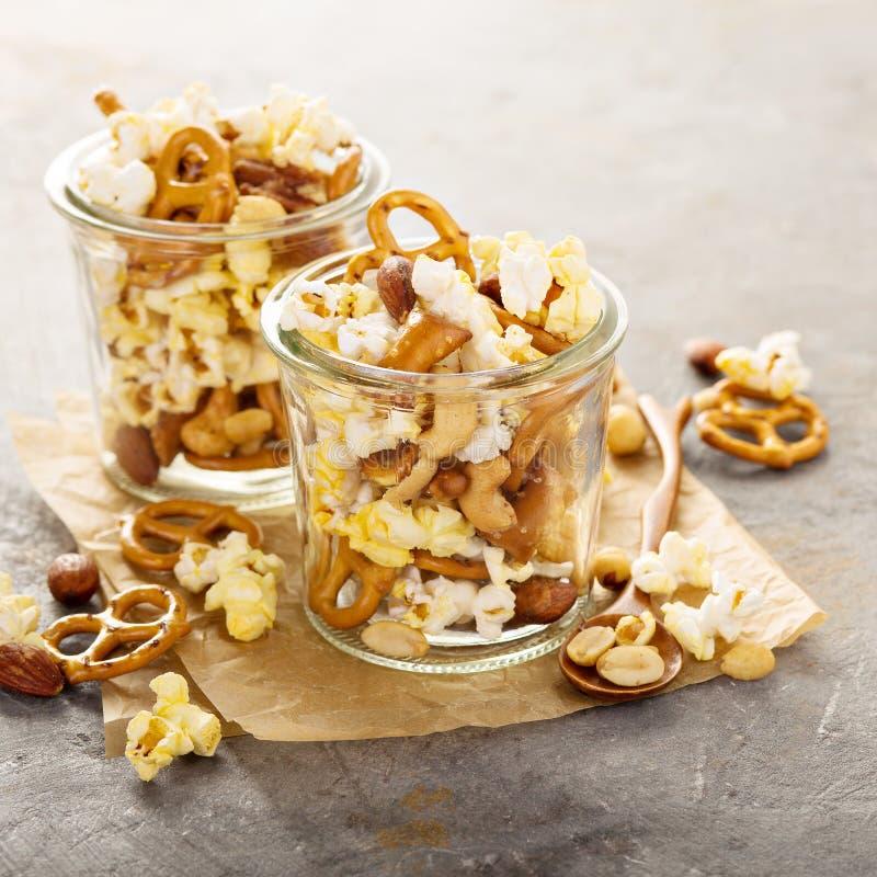 Sleepmengeling met popcorn en pretzels stock afbeeldingen
