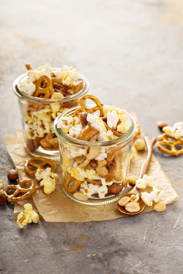 Sleepmengeling met popcorn en pretzels royalty-vrije stock fotografie