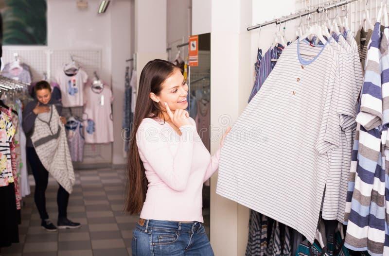 Sleepwear женщин ходя по магазинам для человека стоковая фотография rf
