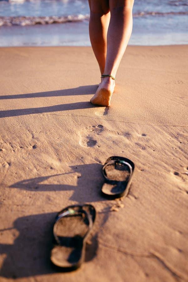 Slegs de um ` da mulher que andam no oceano fotografia de stock