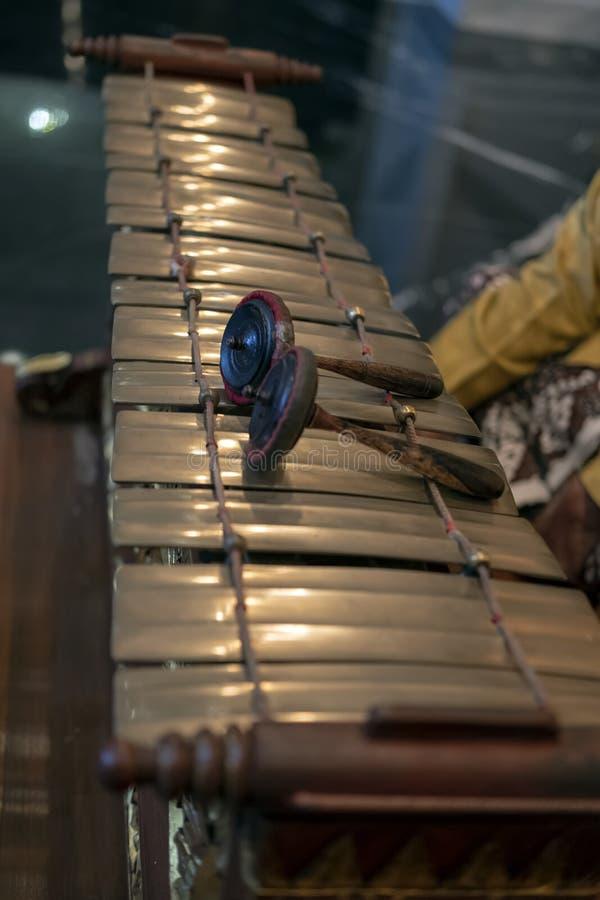 Slenthem, un instrumento de música tradicional Javanese fotografía de archivo
