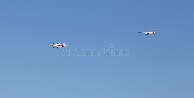 Slepend zweefvliegtuig royalty-vrije stock afbeeldingen