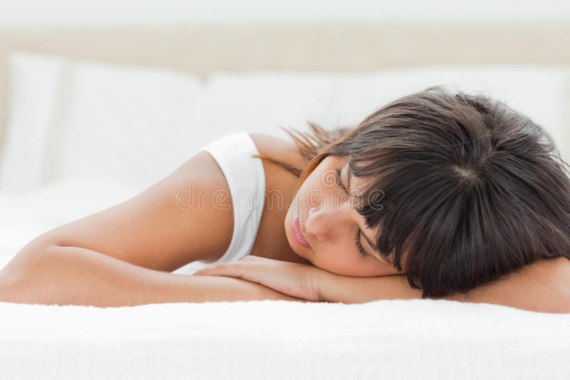 Slepping kvinna på henne underlag fotografering för bildbyråer