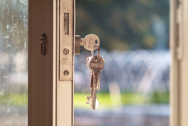 Sleutel in deurslot royalty-vrije stock foto