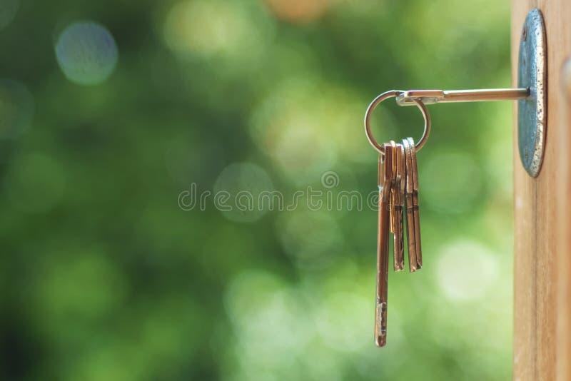Sleutel in deurslot stock afbeeldingen