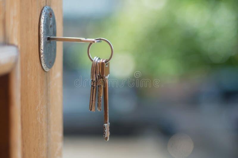 Sleutel in deurslot royalty-vrije stock fotografie