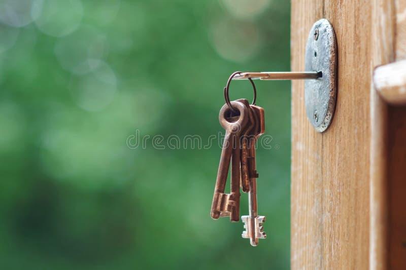 Sleutel in deurslot royalty-vrije stock afbeeldingen