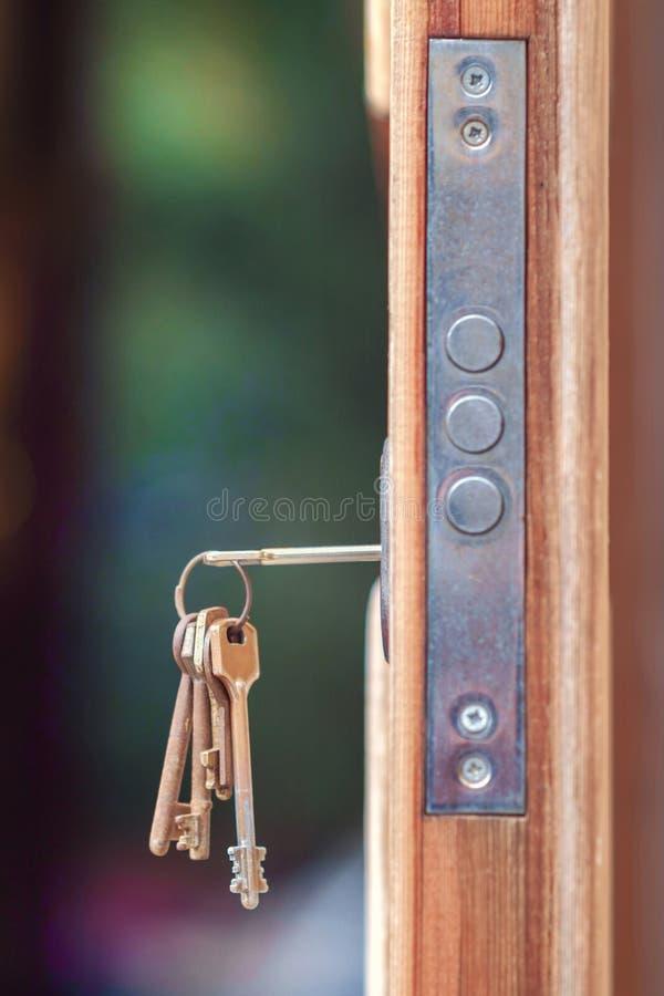 Sleutel in deurslot stock fotografie