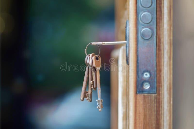 Sleutel in deurslot stock foto's