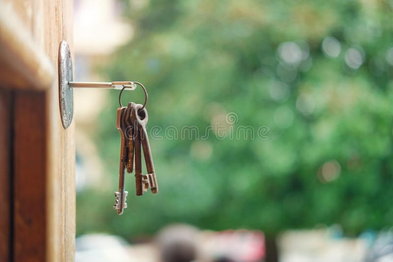 Sleutel in deurslot royalty-vrije stock afbeelding
