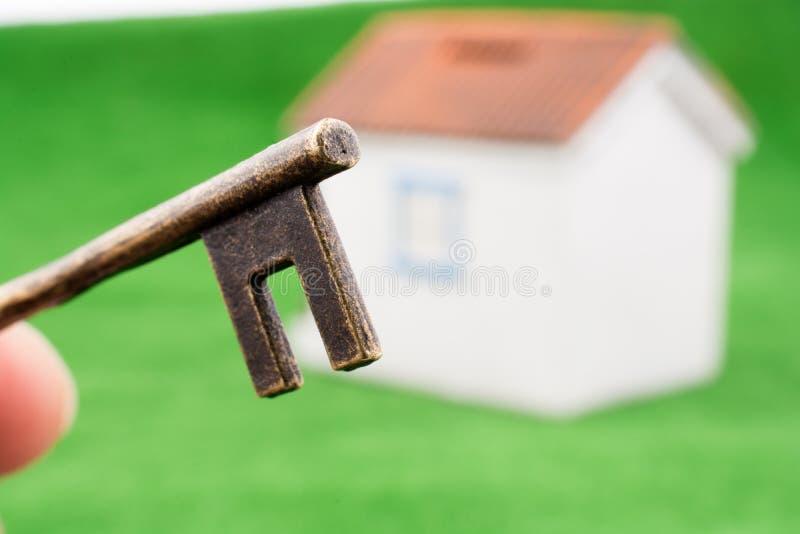 Sleutel dichtbij een huis royalty-vrije stock foto