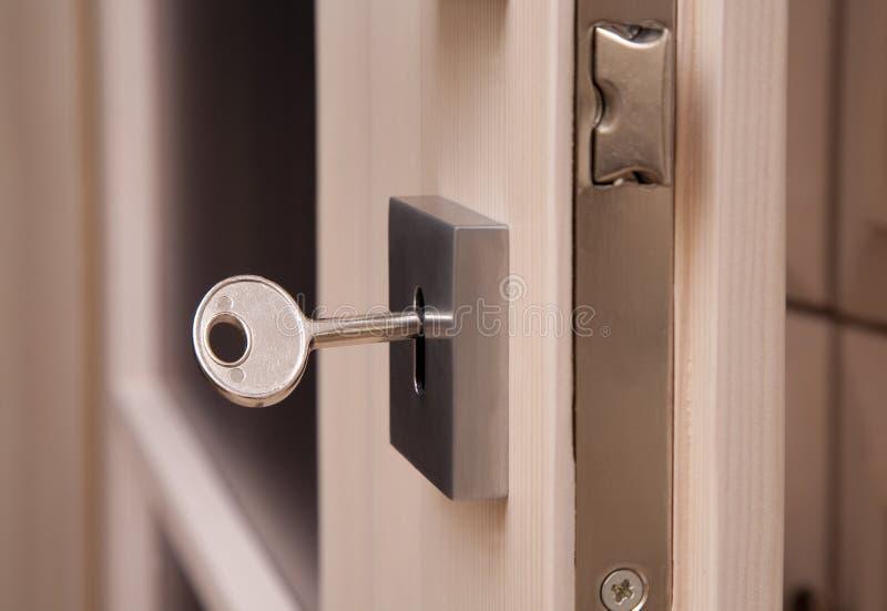 Sleutel in een sleutelgat stock afbeelding