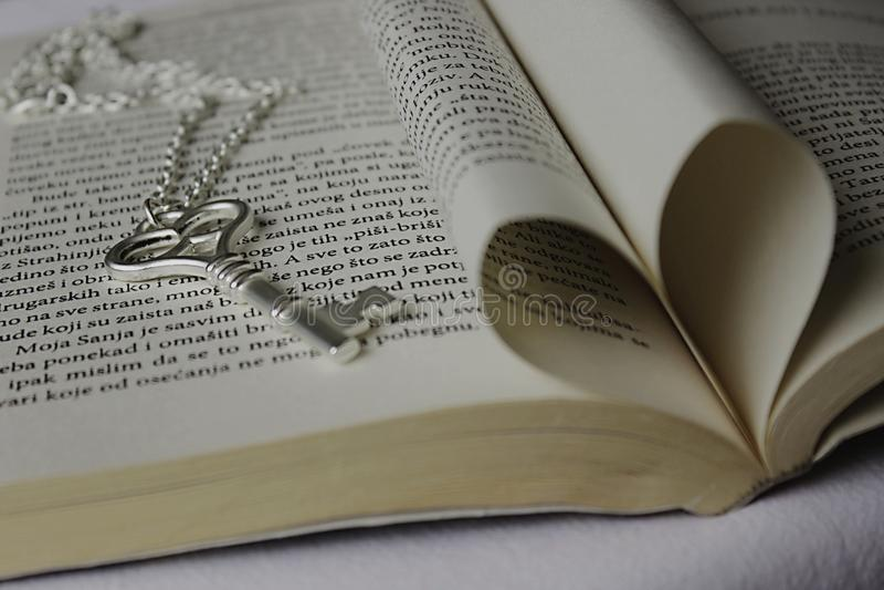 Sleutel en boek royalty-vrije stock fotografie