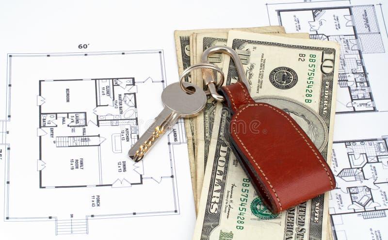 Sleutel en geld op huisplan royalty-vrije stock afbeelding