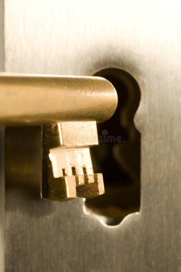 Sleutel in het sleutelgat stock afbeelding