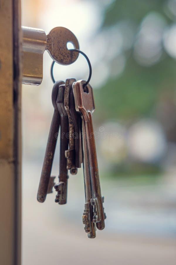 Sleutel in het sleutelgat stock foto