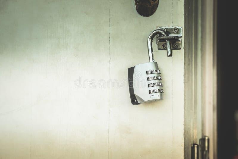 Sleutel met deur die aantallen met donkere binnen geheimen openen royalty-vrije stock foto's