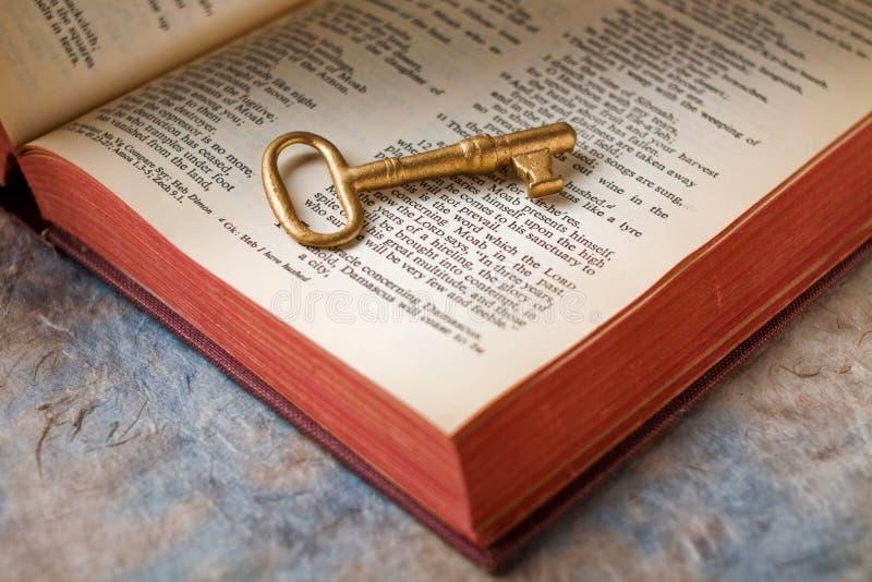 Sleutel op bijbel royalty-vrije stock afbeelding