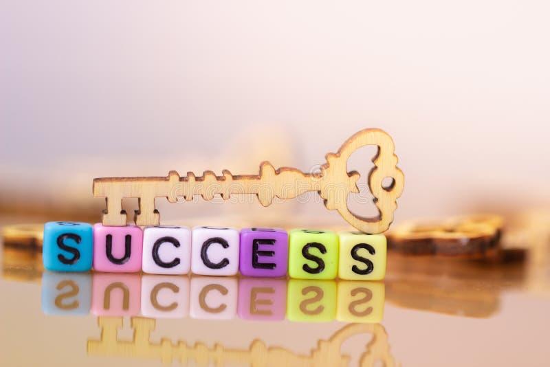 Sleutel tot succes Houten sleutel stock afbeeldingen