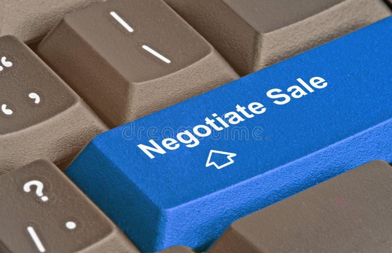 Sleutel voor onderhandeling van verkoop stock afbeelding
