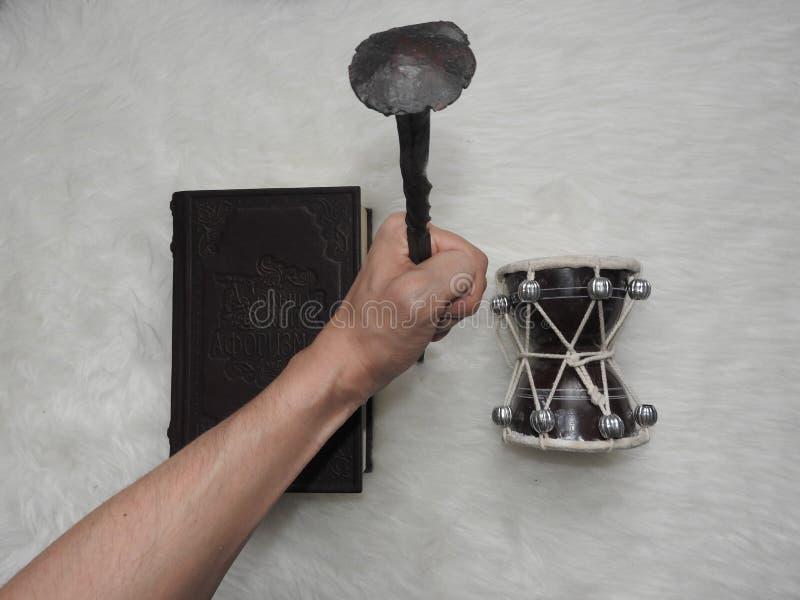 Sleutelbloembloemen met kruidenkaarsen en agenda met tekeningen van magische installaties op planken Geheim, esoterisch en waarze stock afbeelding