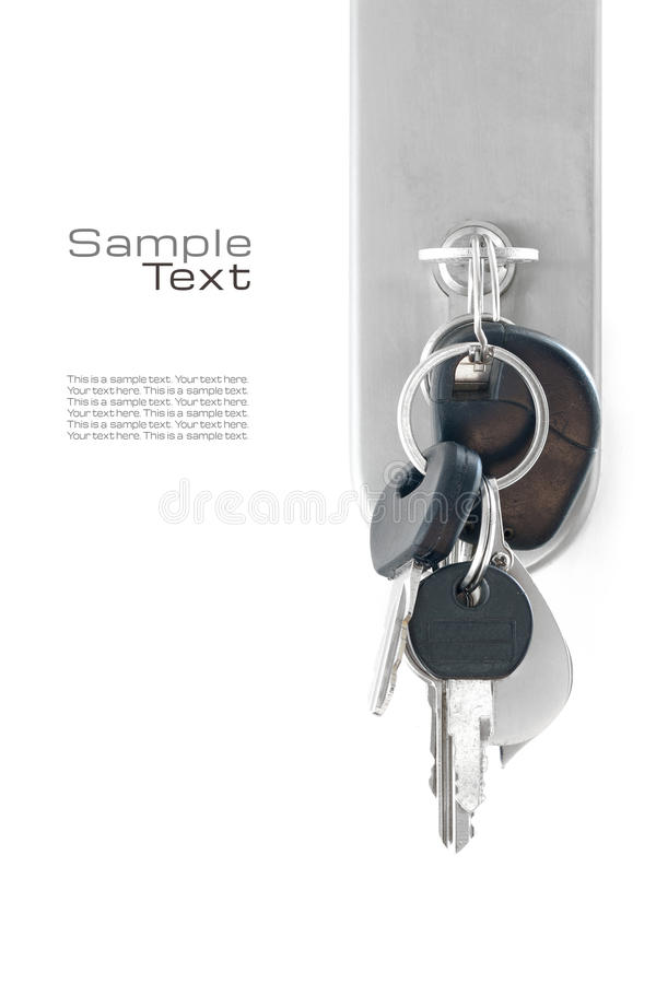 Sleutelbos bij het slot van een voordeur, op wit wordt geïsoleerd dat stock afbeelding