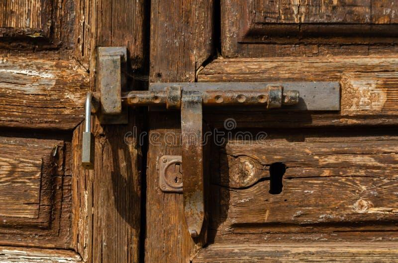 Sleutelgat in een oude deur met een interessante textuur, een rest van stock afbeelding