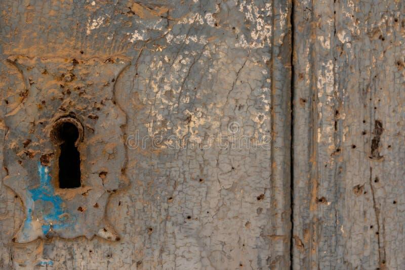 Sleutelgat in een oude deur met een interessante textuur, een rest van royalty-vrije stock foto