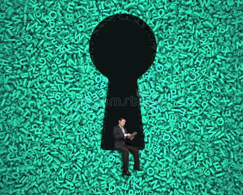 Sleutelgat op groene grote gegevensachtergrond met zakenmanzitting royalty-vrije stock foto