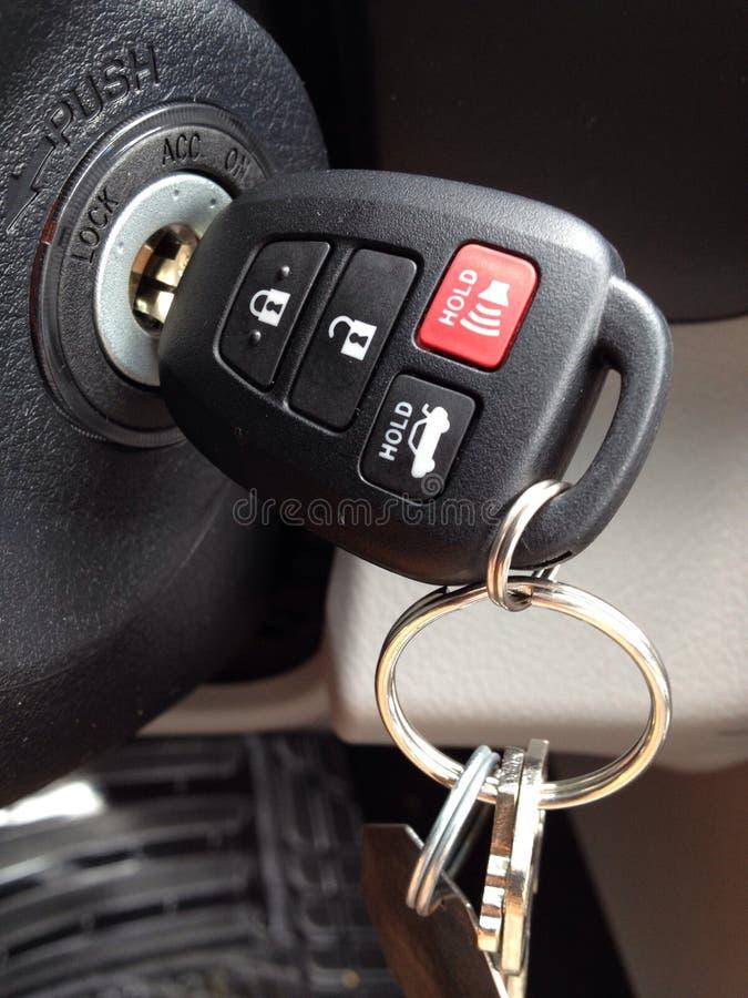 Sleutels in de Ontsteking in Nieuwe Auto Verre Ingang royalty-vrije stock foto's