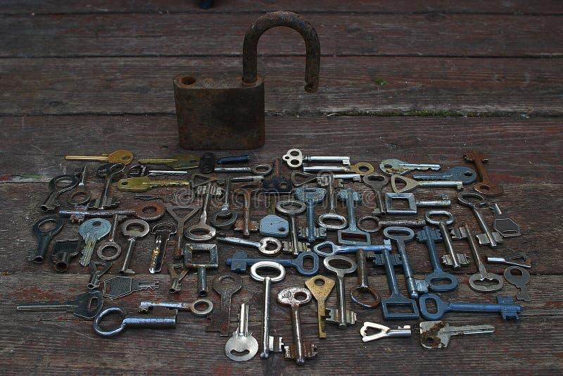 Sleutels en slot op houten achtergrond royalty-vrije stock foto