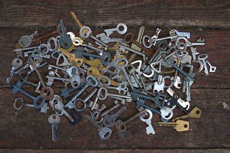 Sleutels op houten achtergrond stock foto's