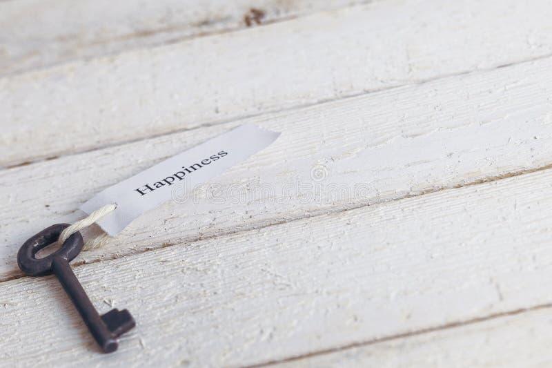 Sleutels tot Geluk - Keychain over witte Houten Achtergrond royalty-vrije stock afbeeldingen