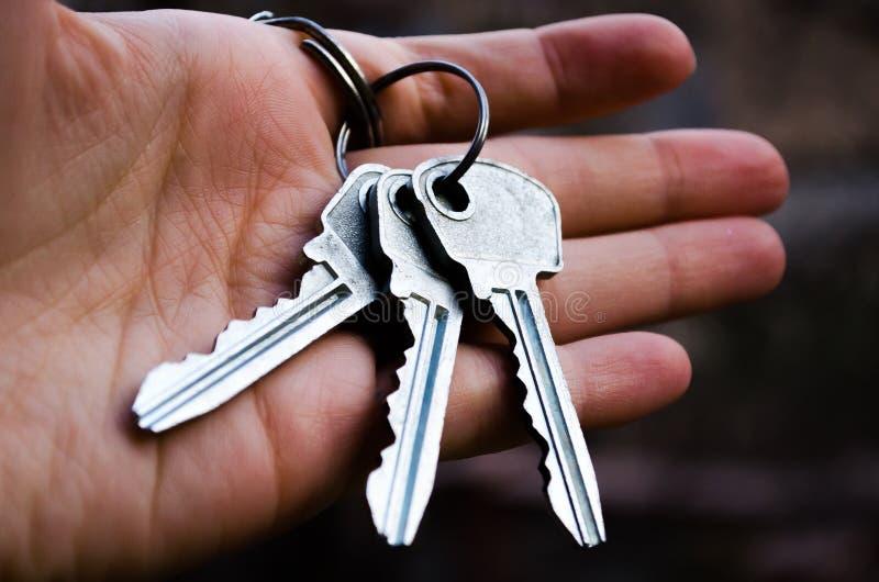 Sleutelssleutelbos Zeer belangrijke in hand Fotografie voor websites over de onroerende goederen verkoop van flats en huizen, Nie royalty-vrije stock afbeeldingen